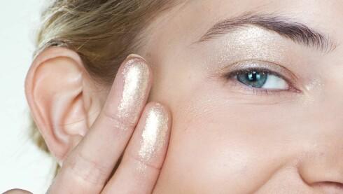 GULL OG CHAMPAGNE: Velger du en kremskygge i gull eller champagne, kan du fint bruke den som highlighter også på kinnbeina og neseryggen, sier makeupartisten. Foto: Astrid Waller