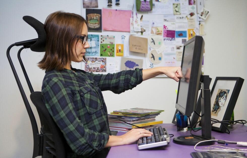SITTER DU RIKTIG? hvis du tilbringer mange timer foran PC-skjermen er det ekstra viktig å sitte riktig. Feil stilling kan nemlig ha en negativ effekt på både syn og muskulatur. Foto: Per Ervland