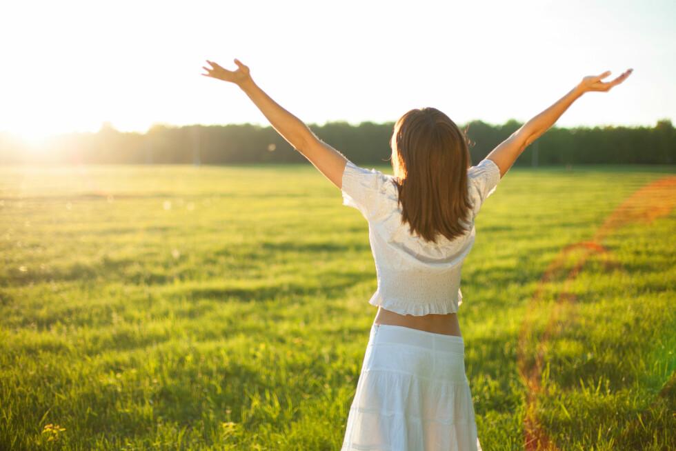 SOLLYS: Årsaken til at mange blir deprimerte i vinterhalvåret kan være mangelen på sollys. Det er nemlig slik at når sollyset treffer øyet så reduseres nivået av hormonet melatonin og vi føler oss automatisk mer våkne og opplagte.  Foto: Alik Mulikov - Fotolia