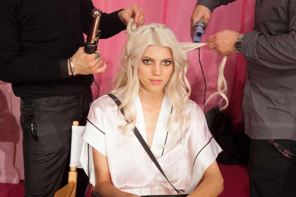 ISBLONDT: Modell Devon Windsor får håret stylet før Victoria's Secret-showet i New York nylig. Isblonde lokker krever ekstra pleie, så sørg for å beskytte det godt før du styler det eller utsetter det for sollys.  Foto: REX/MediaPunch/All Over Press