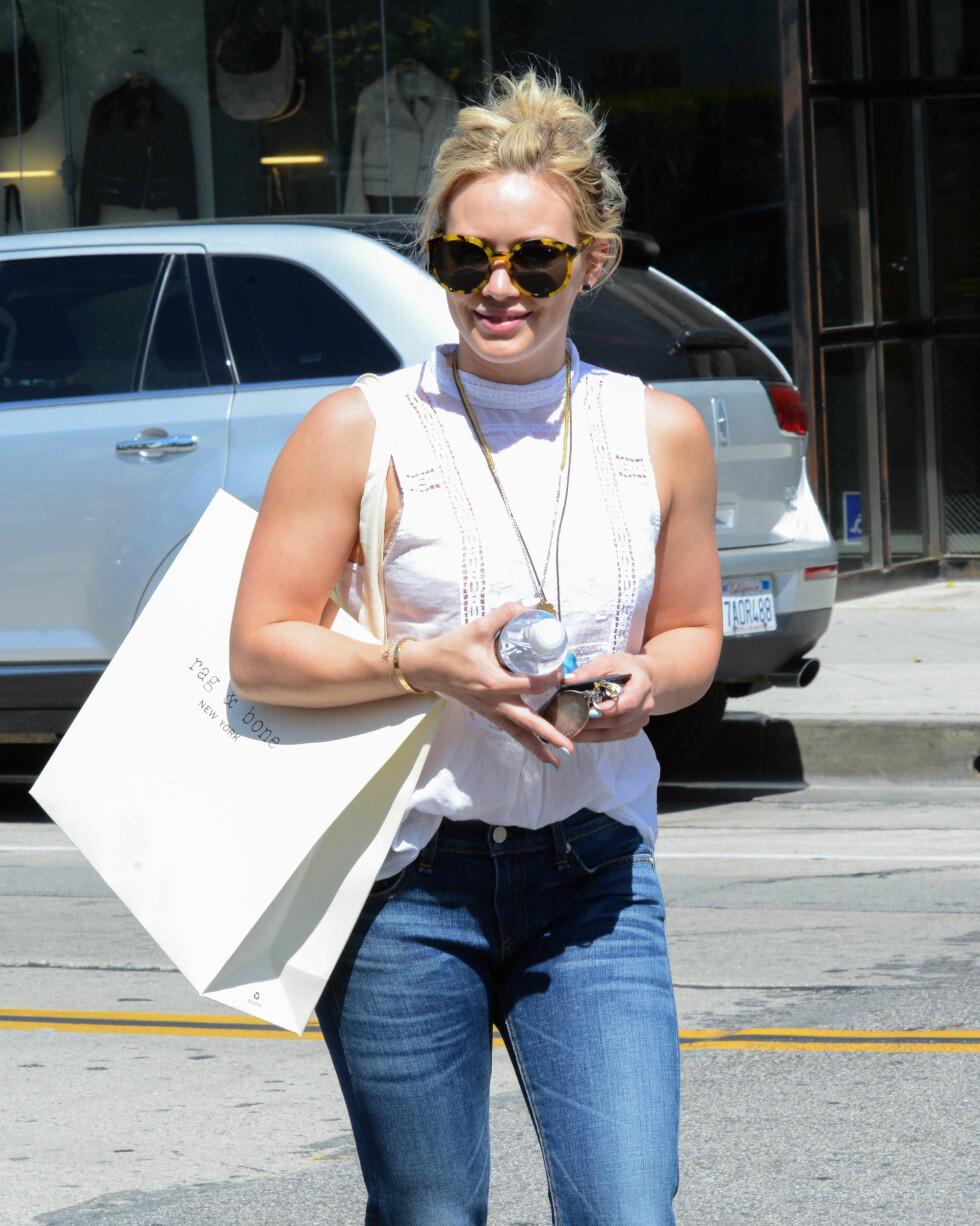 Hilary Duff på shopping i West Hollywood med mønstrede og runde solbriller. Foto: All Over Press