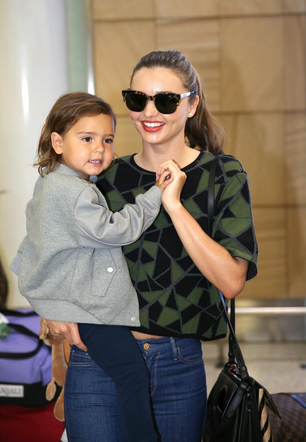 Miranda Kerr og sønnen Flynn Bloom i Sydney. Den vakre modellen gikk for et par briller med skilpaddemønster. Foto: All Over Press