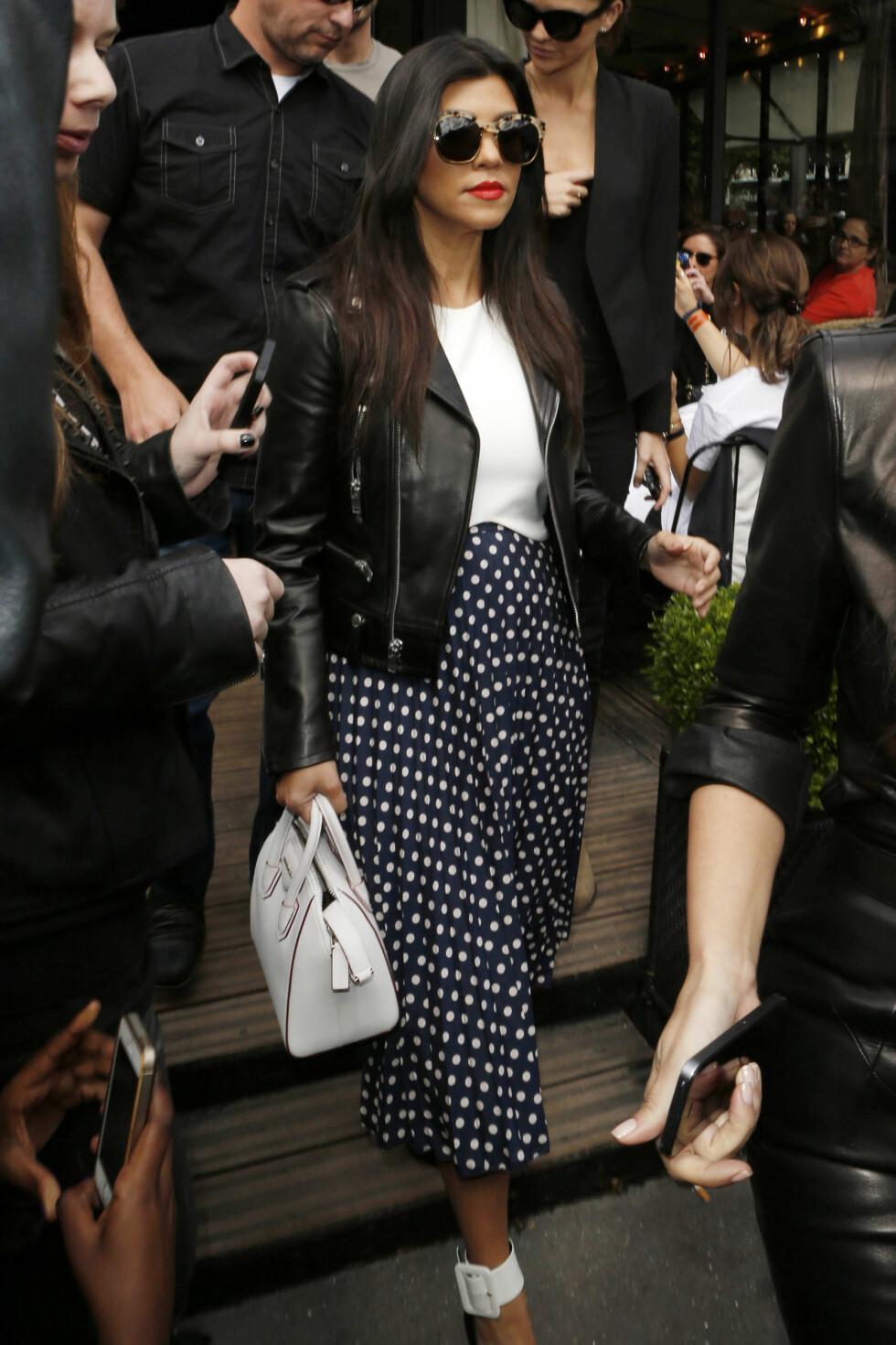 Kourtney Kardashian satser på store briller for en glamorøs look. Foto: All Over Press