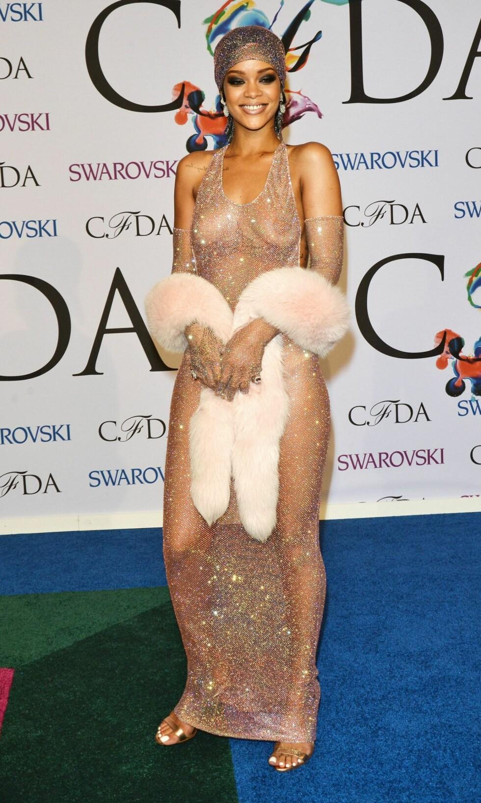AVKLEDD: Rihanna overlot lite til fantasien i denne pudderrosa glitterkreasjonen.  Foto: REX/Henry Lamb/Photowire/BEI/All Over Press