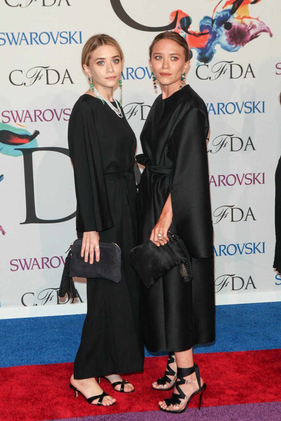 I SVART: Mary-Kate og Ashley Olsen.  Foto: insight media/All Over Press