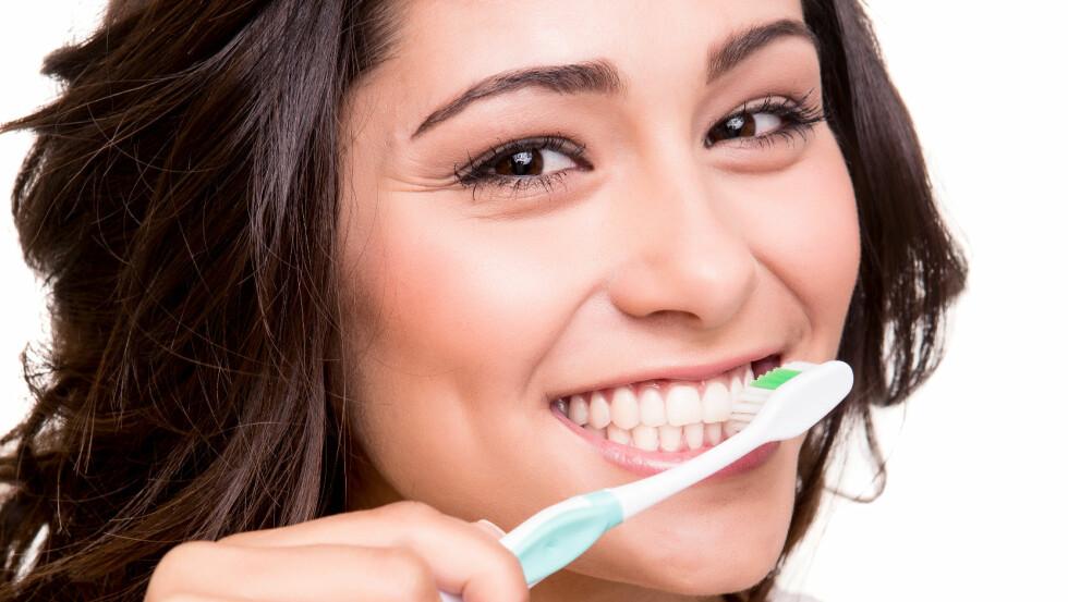 HARD TANNPUSS: Daglig tannpuss er viktig for god munnhygiene og sunn tannhelse. Men pass på at du ikke pusser for hardt. Foto: jolopes - Fotolia