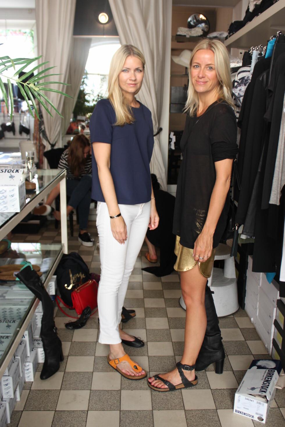 STYLE PÅ ULIKE MÅTER: Her ser du moteredaktør i KK - Silje Pedersen, og sjefredaktør i StyleMag - Celine Aagaard, prøve noen av sommerens nyheter fra Birkenstock. Og som du ser, så kan helsesandaltrenden brukes like fint til bukser, som til shorts og kjoler.  Foto: KK