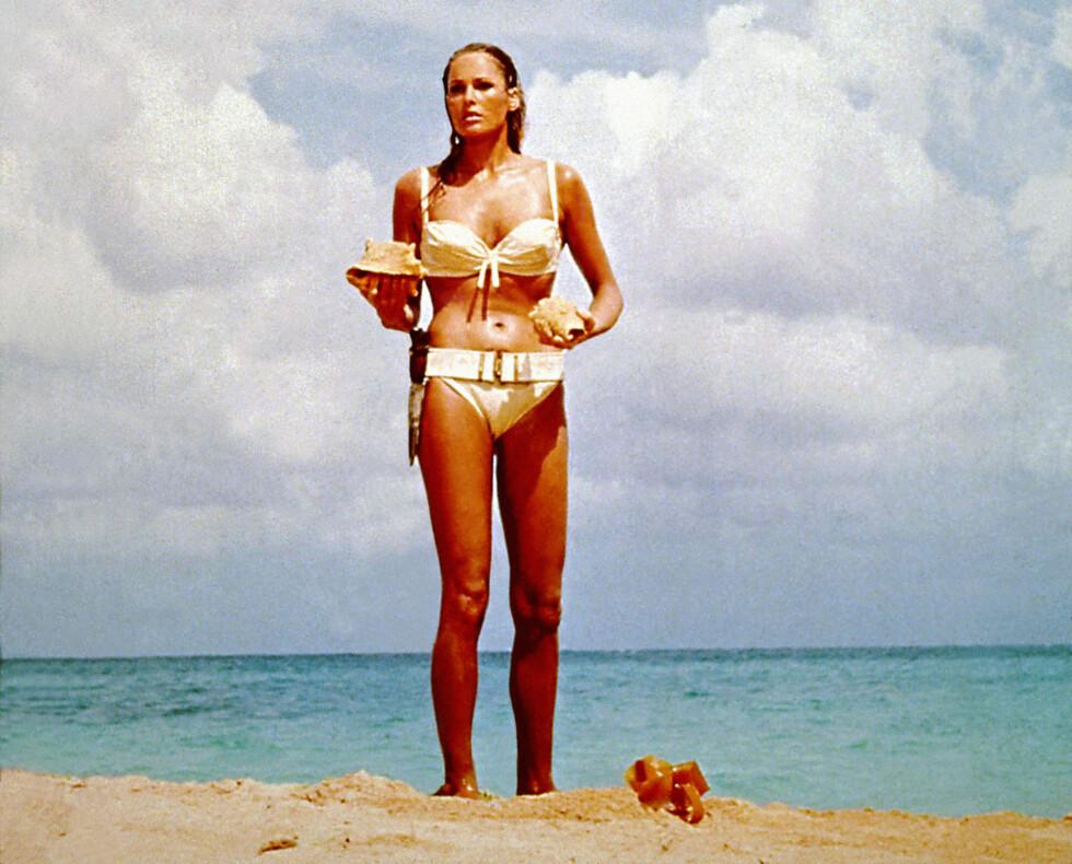 """TO TRIKS VI KAN LÆRE AV URSULA ANDRESS I JAMES BOND-FILMEN """"DR. NO"""": Ved å gå for en bikiniunderdel med detaljer på sidene (bytt gjerne ut kniven med ekstra knyting), får vi bare enda flottere hofter. Å bruke en overdel med rysjer og legg, vil også gi mer fylde til bysten. Foto: REX/Moviestore Collection/All Ov"""