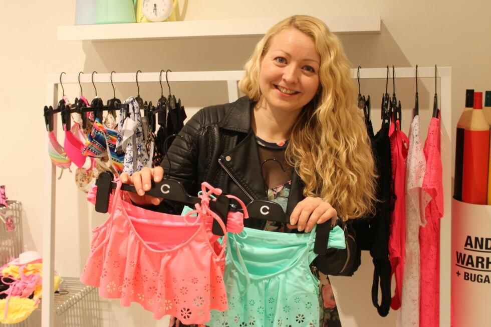 EKSPERTEN: Linda Raanes Rosén er produktplanlegger i Cubus og har jobbet med badetøy i mange år. Her viser hun frem to av sommerens hotteste farger på bikinifronten: korall og mint.