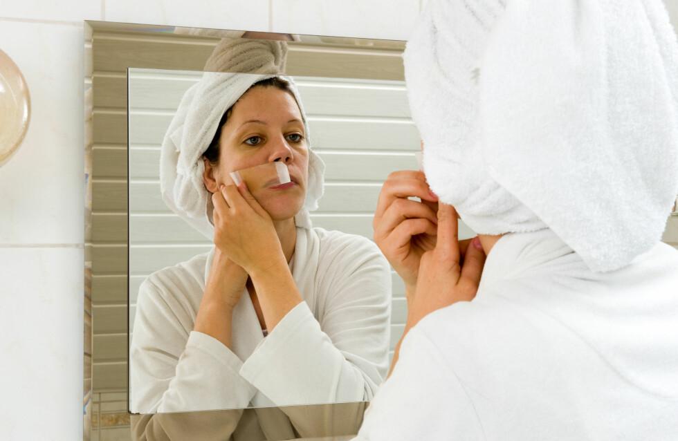 VOKSE BARTEN: En del kvinner får mørke, kraftige hår i ansiktet. Noen velger å vokse det bort, andre bruker laser, mens andre igjen bare lar det være.  Foto: All Over Press