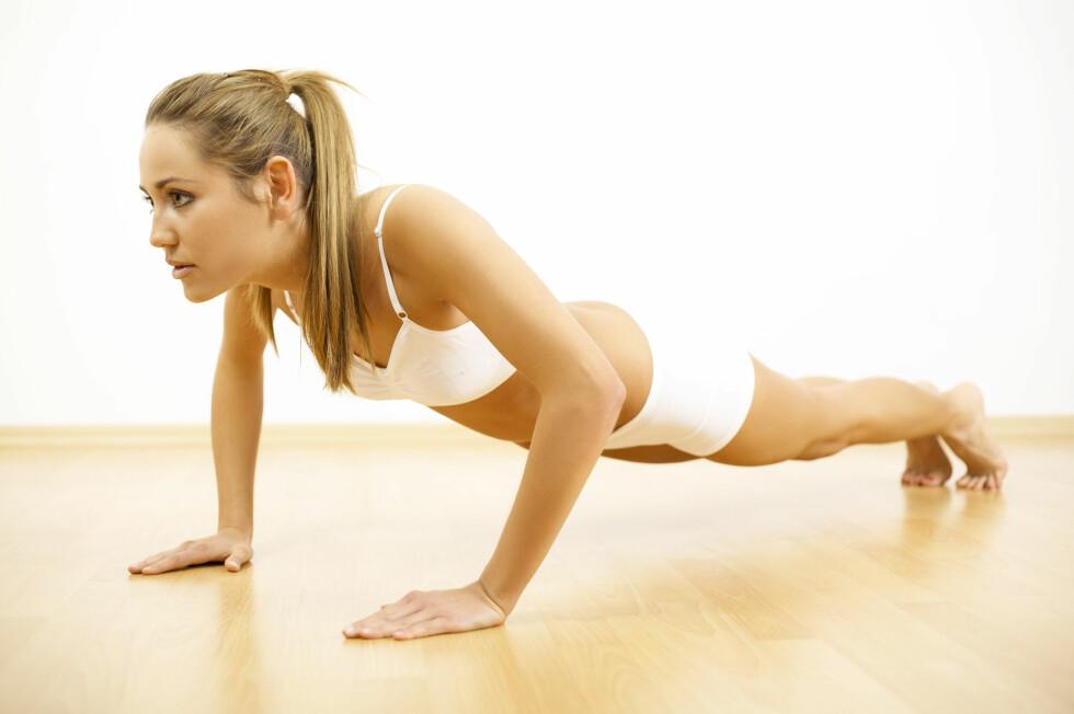 PUSH-UPS: Prioriterer også enkle og funksjonelle øvelser som gjerne trener flere muskelgrupper samtidig. Armhevinger er et godt eksempel på en slik øvelse. Foto: Zoonar GmbH / Alamy/All Over Press