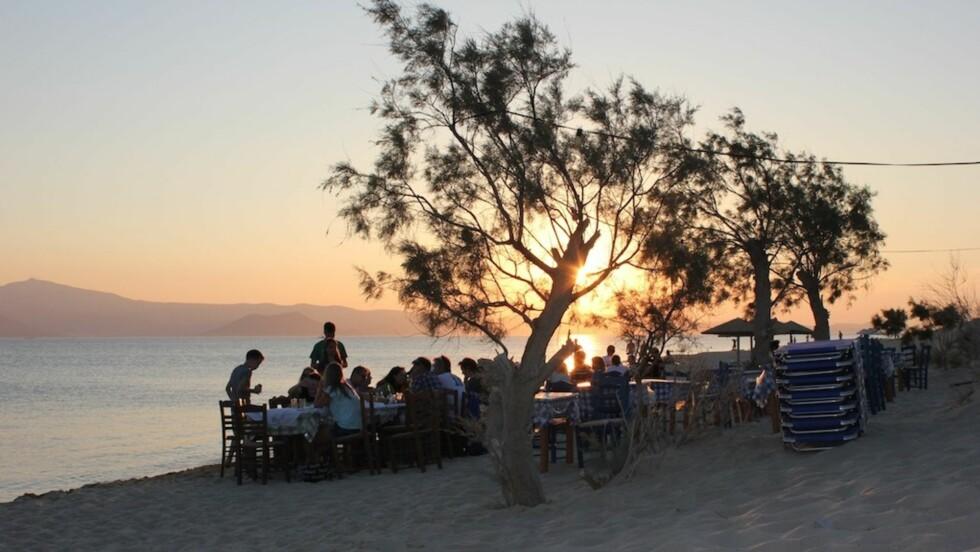 DRØMMEMÅLTID: I solnedgang, med sand under tærne, på en gresk øy.... Kan vel ikke bli stort bedre?!  Foto: Elizabeth S.Lingjærde