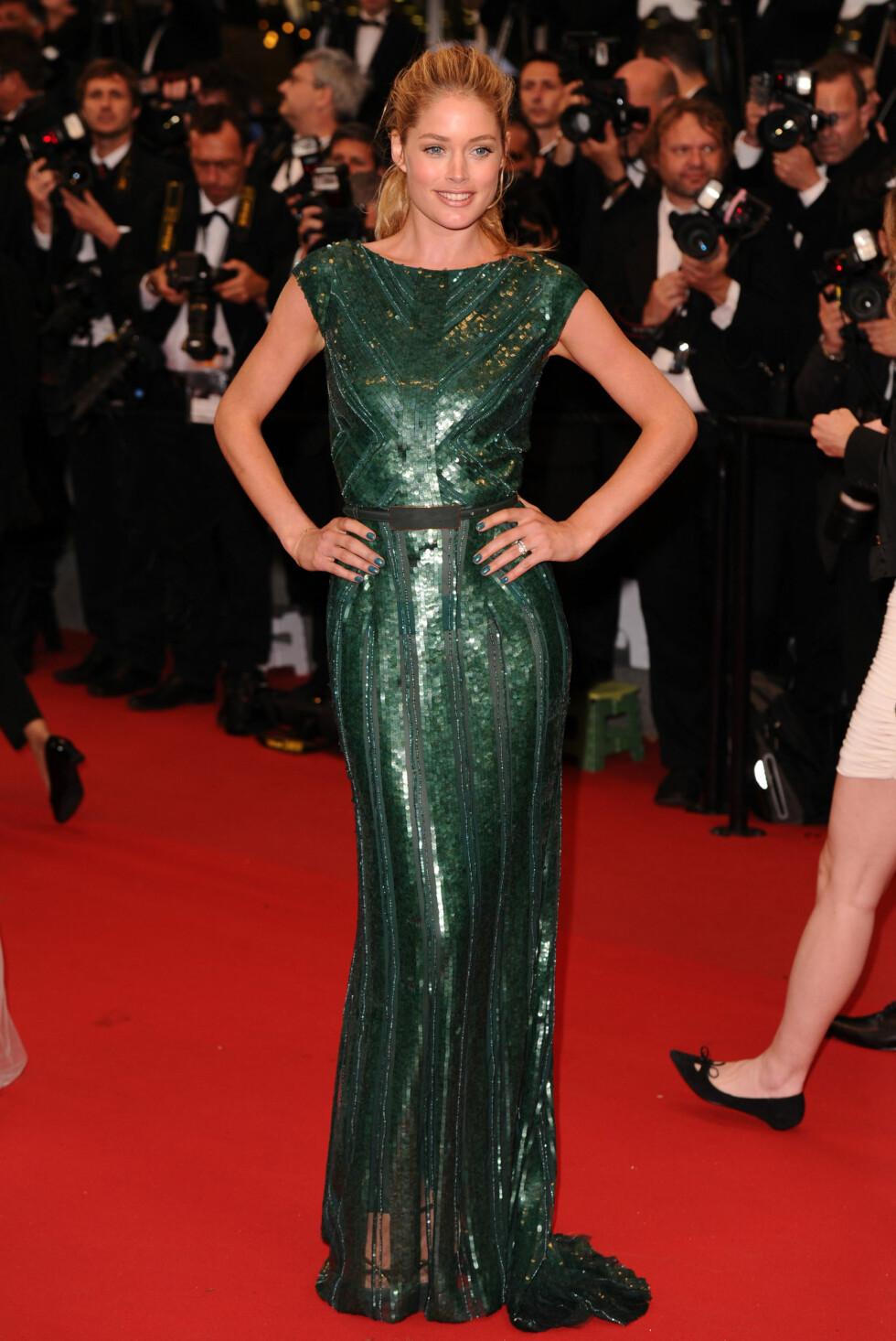 DOUTZEN KROES: Modellen bar smaragdgrønn kjole fra Elie Saab i 2012. Stort pluss for at hun holdt sminken naturlig og håret enkelt når kjolen er såpass mye i seg selv. Foto: All Over Press