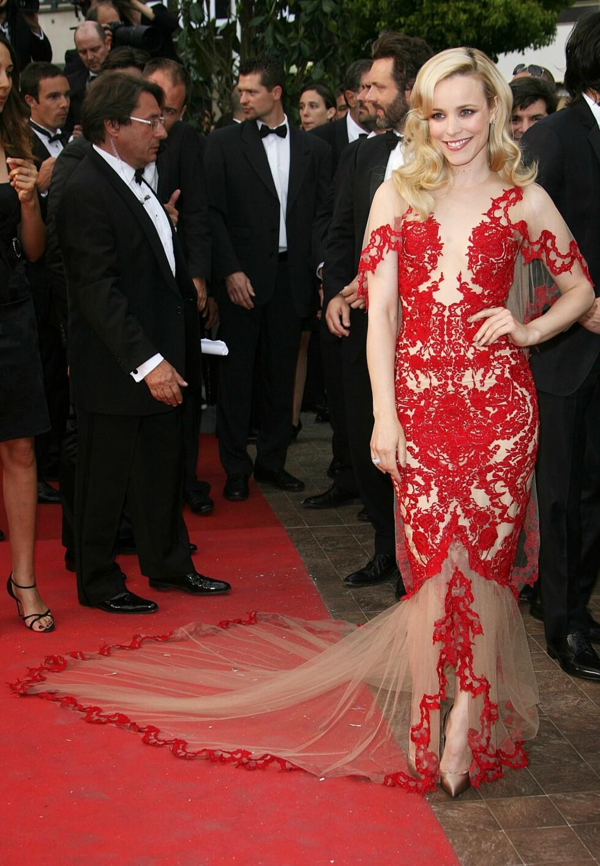 RACHEL MCADAMS: Skuespillerinnen stjal showet i sin Marchesa-kjole i 2011. Hun fullførte den sensuelle og glamorøse stilen med store krøller i håret. Foto: All Over Press