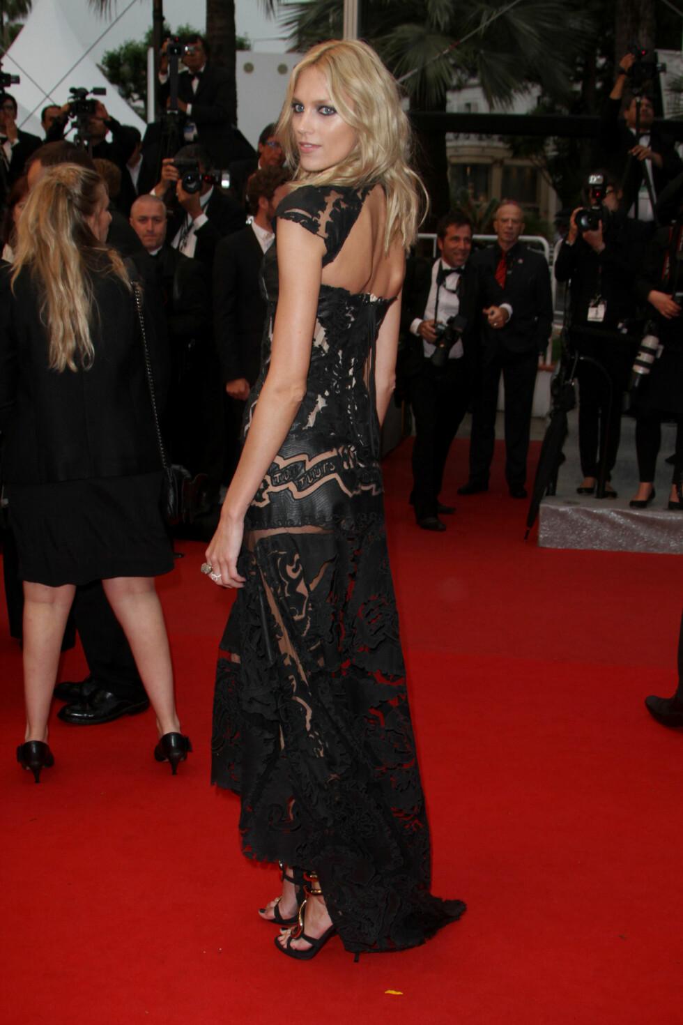 ANJA RUBIK: Supermodellen gikk for en sort kreasjon signert norske Peter Dundas for Pucci under filmfestivalen i 2012. Foto: All Over Press