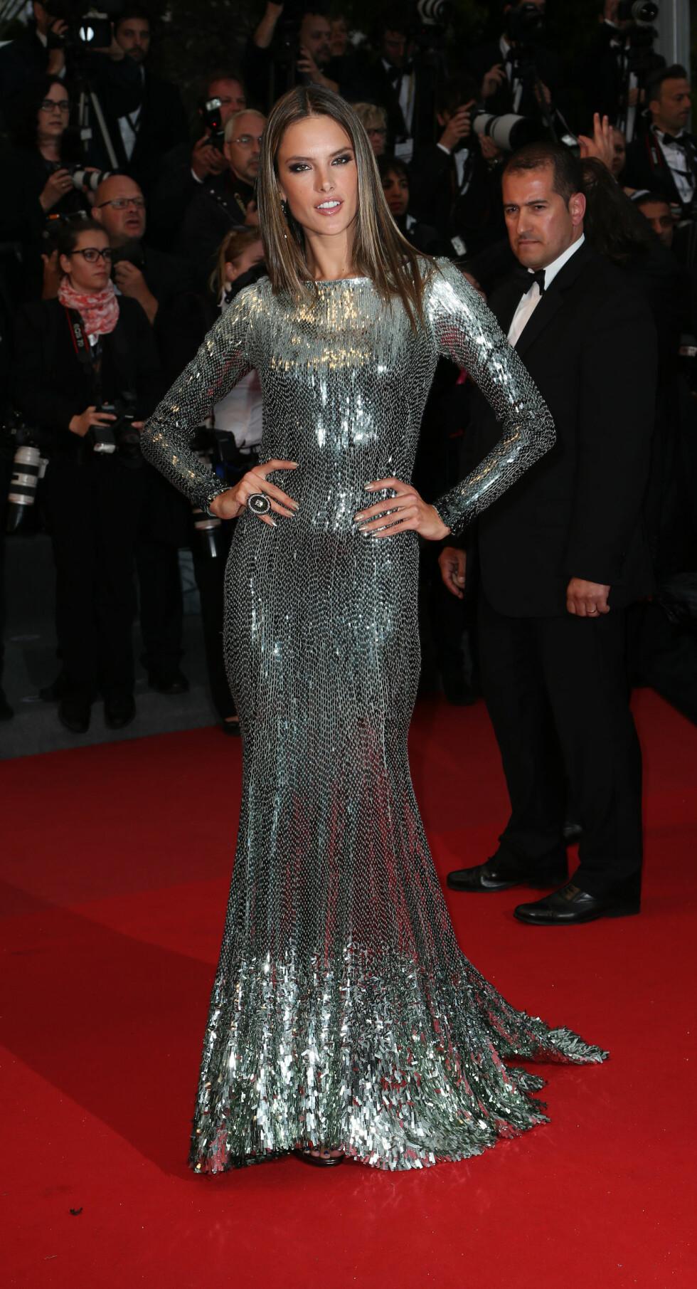 ALESSANDRA AMBROSIO: Skjønnheten viste seg fra sin beste side i denne glitrende kjolen fra Roberto Cavalli i 2013. Foto: All Over Press