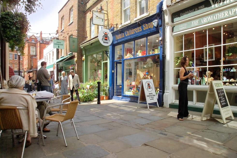 STRESSFRI SONE I LONDON: Hampstead village er en liten oase med  trange smug, små butikker, puber og restauranter, hvor folk dresser ned, ikke opp. Foto: david martyn hughes / Alamy/All