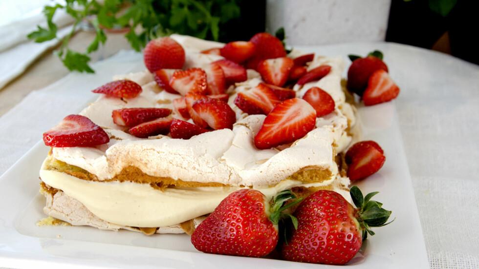 NASJONALKAKA: Sprø marengs og vaniljesaus er en fantastisk kombinasjon som har gitt Kvæfjordkaka tittelen verdens beste. Foto: Marit Røttingsnes Westlie, Frutimian.no