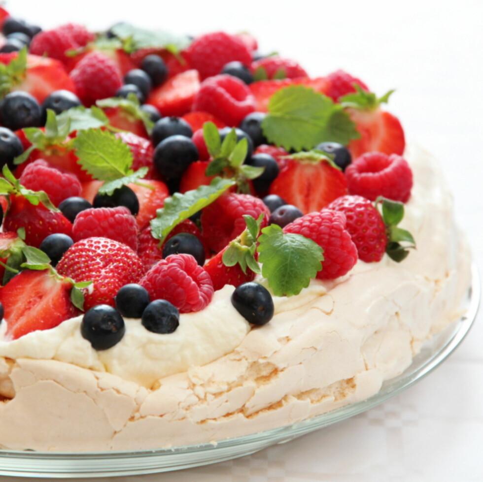 NORSKE FARGER: Pavlova både høres flott ut, og ser flott ut, men denne kaken er faktisk ikke så vanskelig å lage. Foto: Trines Matblogg