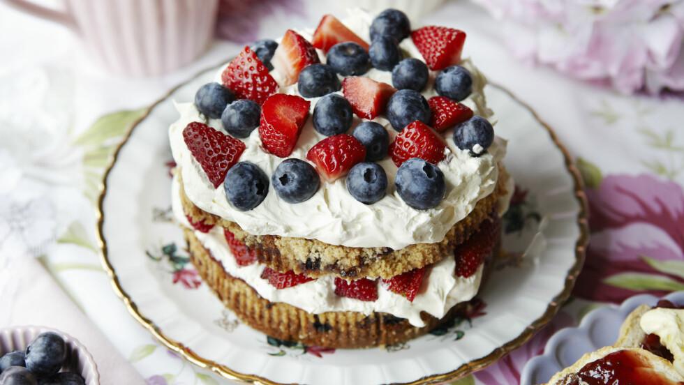 FRISTENDE: 17. mai-kaker skal være lekre og fristende, men de skal ikke kreve mye jobb på nasjonaldagen. Her er noen kaker som fint kan lages dager før. Foto: (c) Debby Lewis-Harrison/cultura/Corbis/All Over Press