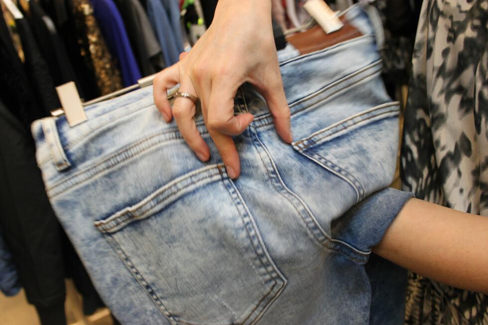 IKKE BARE STØRRELSEN MEN AVSTANDEN PÅ LOMMENE HAR MYE Å SI: Ifølge motekspert Silje Pedersen, skal ikke lommene være så langt fra hverandre. Foto: KK