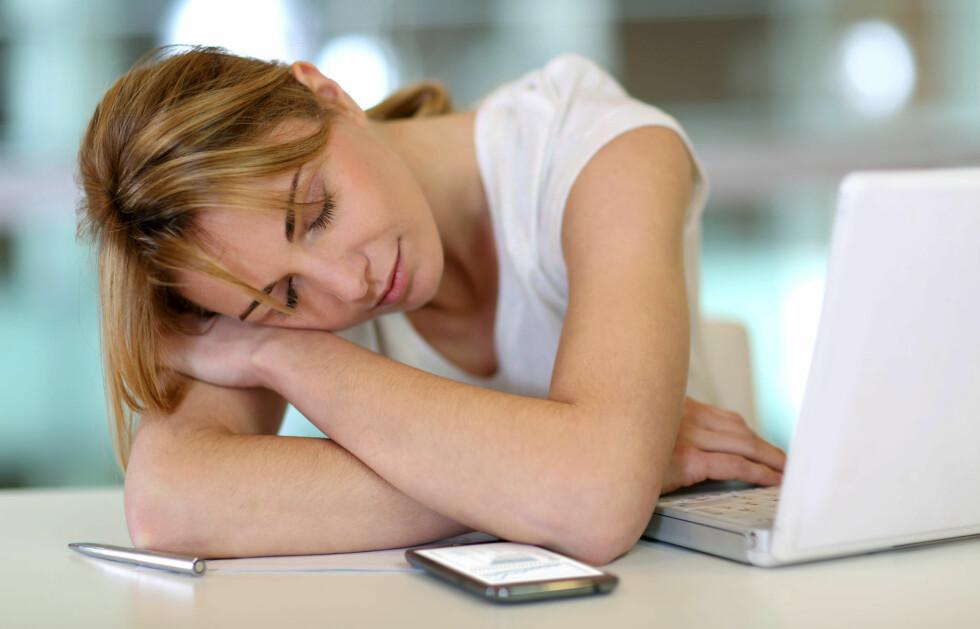 SLAPP OG SLITEN? Det skyldes ikke alltid for få timer på puta - for eksempel kan vitaminmangel, stress, hjertesykdom eller vannmangel være årsaken. Foto: Fotolia