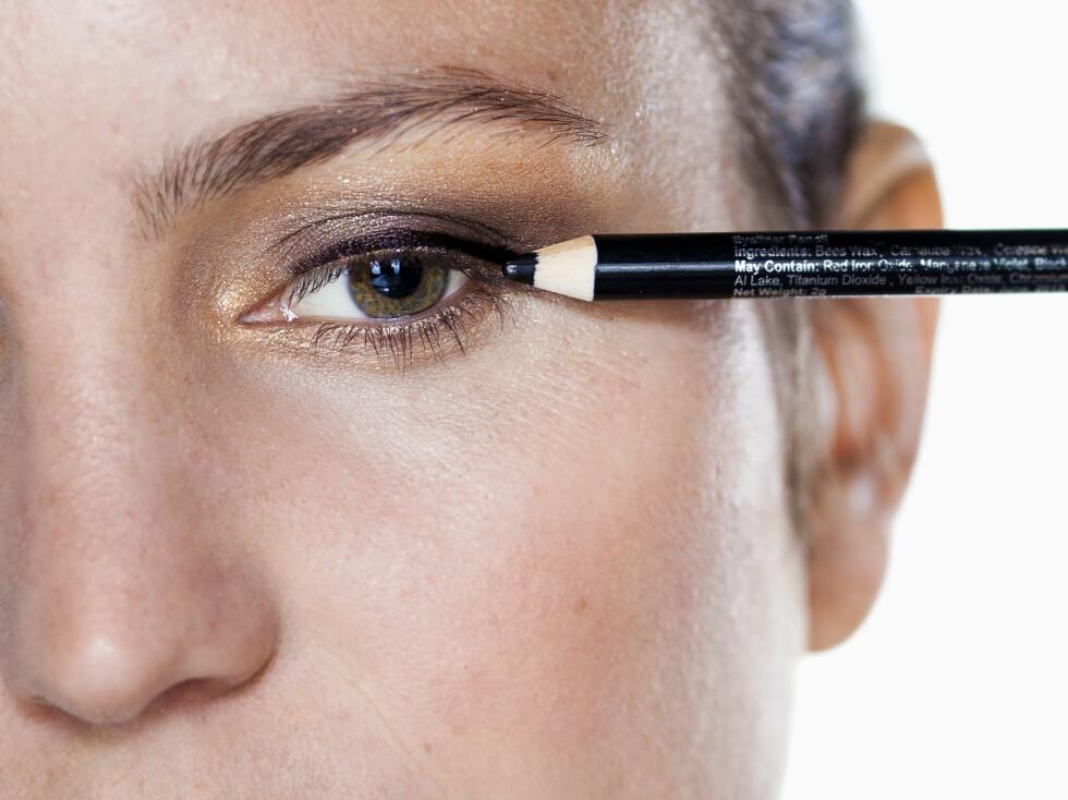 <strong>EYELINER:</strong> Du trenger slettes ikke å legge en så markert eyeliner som her for å gi vippene en fyldigere lukk. Det holder lenge å punktmarkere helt inntil vipperoten.  Foto: Astrid Waller