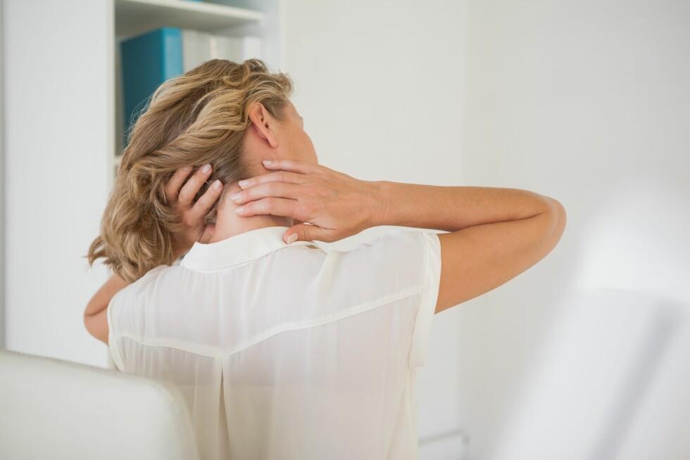VONDT I NAKKEN: Stramme og verkende muskler i skuldre og nakke kan irritere den nederste delen av hodeskallen og trigge den typiske spenningshodepinen.  Foto: WavebreakMediaMicro - Fotolia