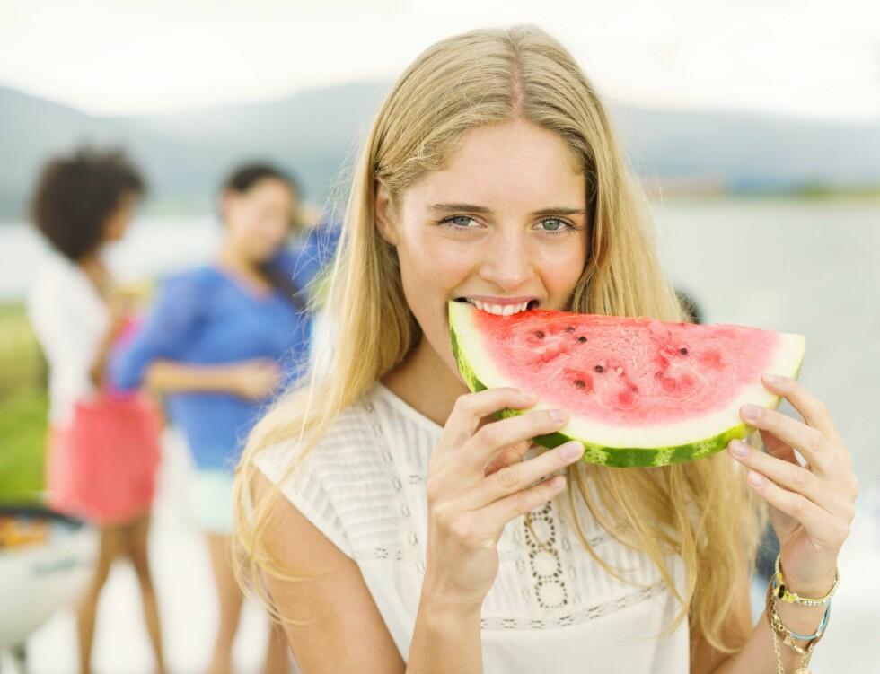 SAFTIG: Sliter du med appetitten i varmen kan det hjelpe å velge mat som er kjølende, som for eksempel vannmelon. Den inneholder også svært mye vann som det er viktig at du får i deg nok av. Foto: REX/Caiaimage/All Over Press