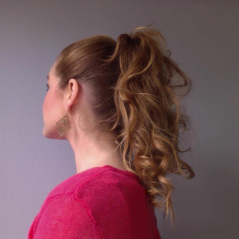Du kan også krølle hestehalen etter at du har satt opp håret. Rufs det til og avslutt med hårspray for en enkel hverdagssveis. Foto: Aina Kristiansen