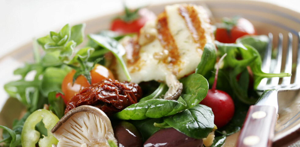 TYPISK SMARTKARBO: Fisk med salat. Her kommer komplekse karbohydrater fra grønnsakene, mens sunt fett kommer fra fisk og oliven. Foto: Liv Friis-larsen - Fotolia