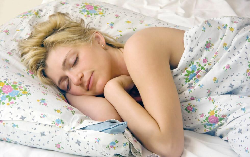 PÅ SIDEN: Å sove på siden kan være bra, da du ikke legger noe trykk på ryggen.  Foto: Colourbox