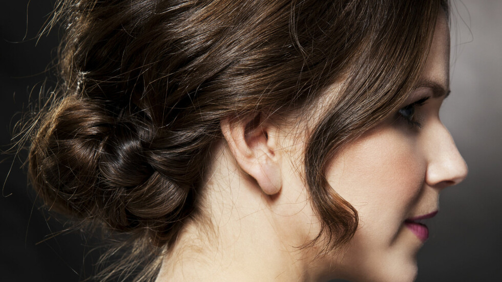 VAKKER FLETTEFRISYRE: Dette er den perfekte frisyren til sommerfesten eller vårbryllupet.  Foto: Veronica Von Clemm
