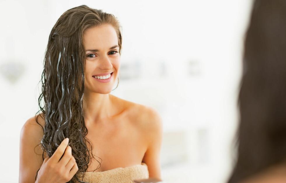<strong>GIR FUKT:</strong> En god hårkur som gir masse fukt er nødvendig nå når det er kald og tørr luft ute og varm og tørr luft inne. Vinterklimaet tørker ofte ut håret, og da er en god fuktmaske på sin plass.  Foto: Alliance - Fotolia