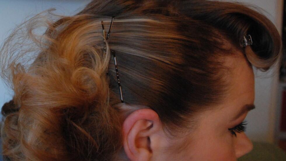 BEST I KRYSS: Hårnålene sitter bedre når de sitter i kryss, og aller best sitter nålene om du sprayer dem med hårspray og fester dem med taggene inn mot hodebunnen. Foto: Aina Kristiansen