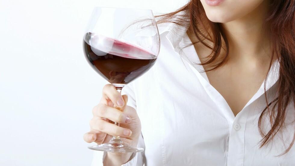 SKÅL: Ikke bare drikker vi mer alkohol, men vi drikker også oftere. Og selv om menn har vist seg å ha det største forbruket av alkohol gjennom årene, er det kvinners alkoholforbruk som har hatt den største økningen. Faktisk drikker unge kvinner i alderen 21 til 22 år hele 80 prosent mer enn kvinner på 29 og 30. Foto: Knut Wiarda - Fotolia