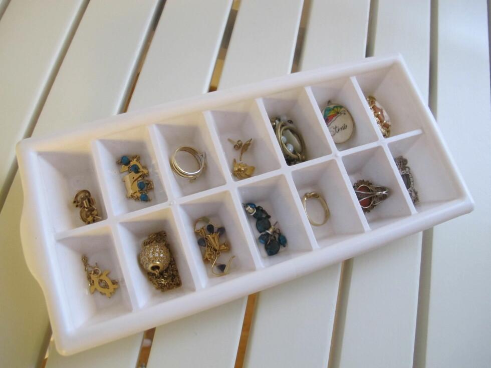 SYSTEM I ROTET: Få bedre oversikt over smykkene dine ved hjelp av isbitbrettet. Foto: Stine Okkelmo
