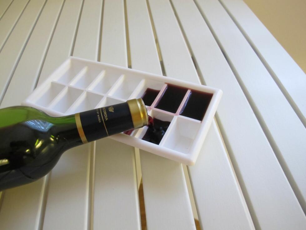 SMART: Frys vinen i terninger og ha dem i fryseren, klare til å brukes i matlagingen. Foto: Stine Okkelmo