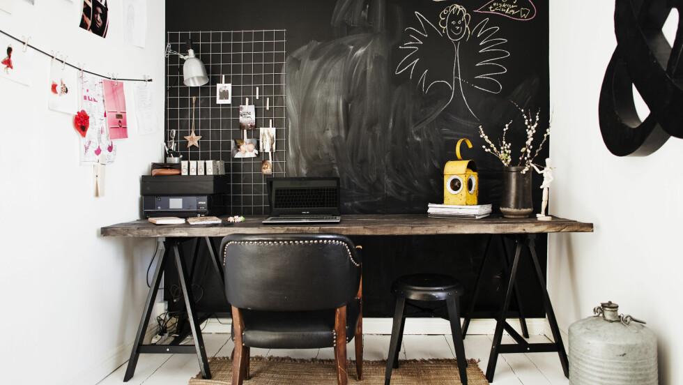 LAG SELV: Lag ditt eget romtilpassede skrivebord med et par enkle bukker og en lang benkeplate.     Foto: Lina Östling/IDECORimages