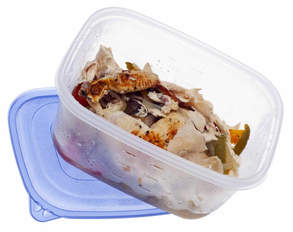 MATRESTER: I stedet for å kaste middagsrester bør du oppbevare den i tette bokser med lokk. Da kan du fint spise det noen dager senere.  Foto: Brooke Becker - Fotolia