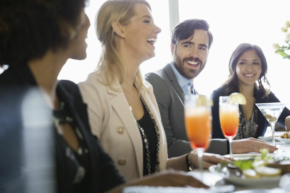 MINGLING: Første date kan for eksempel være en mingledate, hvor matchmakerne lar kunden møte åtte til ti personer de mener har kjærestepotensiale.    Foto: All Over Press