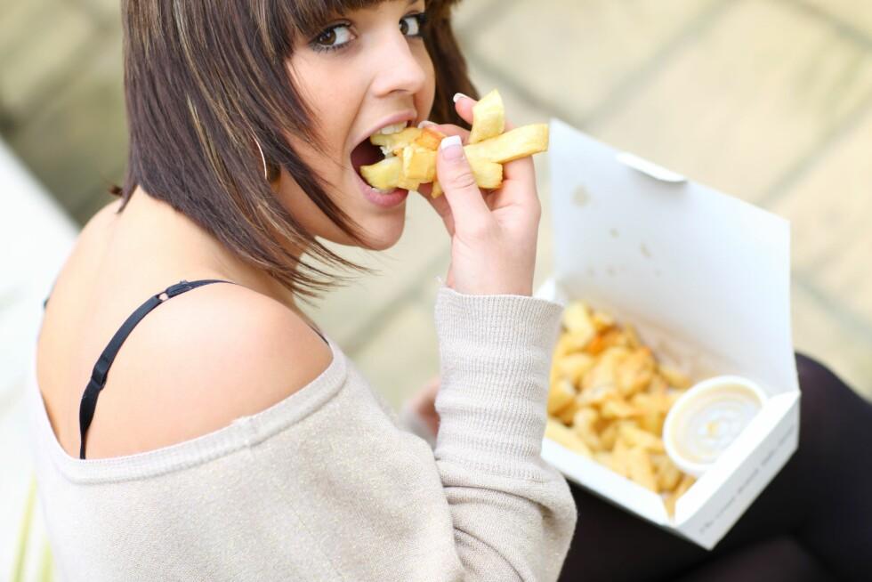 MÅ HA: Helgefråtsing er ikke veien å gå. Sørg heller for å spise nok mat i løpet av uka, så blir det lettere å kontrollere mengdene av helgekosen. Foto: REX/Martin Lee/All Over Press