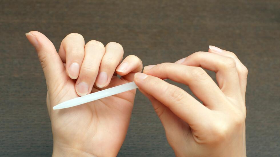 ÉN VEI: Du bør unngå å file fram og tilbake når du steller neglene, råder ekspertene. Fil alltid i én retning, med jevn fart og bevegelse, så unngår du at neglene fliser seg opp. Velg også riktig fil. Glassfil er bra, metallfil er ikke bra.  Foto: Tim - Fotolia
