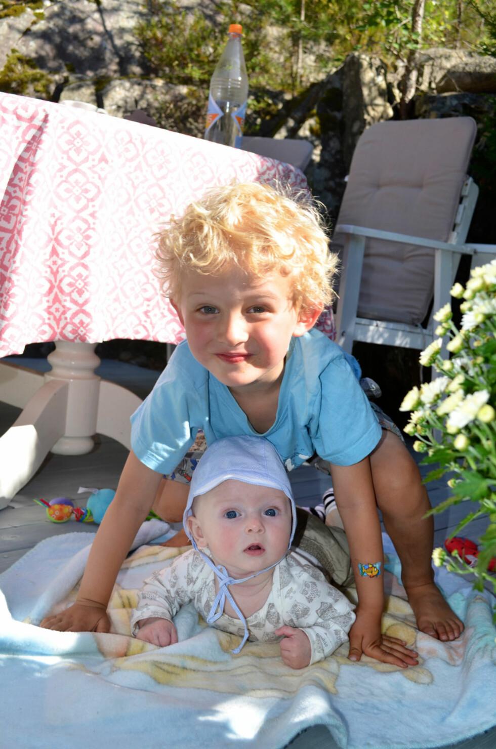 BRØDRE: Det er ikke alltid mamma orker å leke med Nikolai (4), men lillebror Oliver vil blien god lekekamerat med tiden.