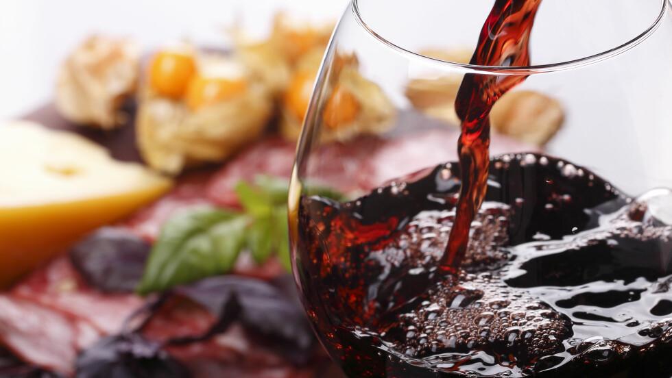TRIGGER: Ost, vin, kjeks og druer er blant maten som trigger deg til å ville spise mer.  Foto: Andrew - Fotolia