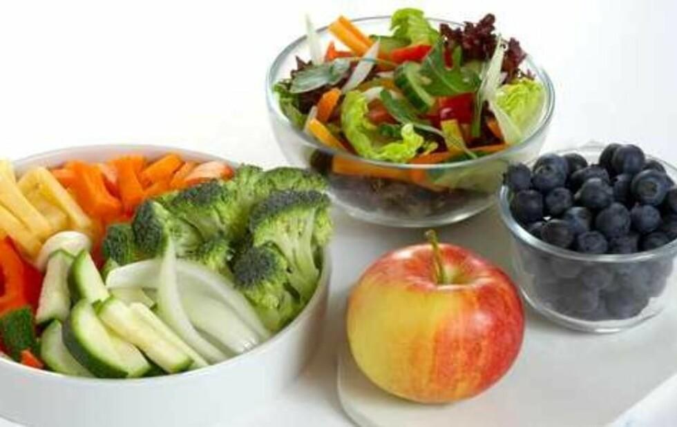 FEM OM DAGEN: Her ser du mengden frukt og grønt som tilsvarer fem om dagen. I likhet med poteter inngår ikke spirer i fem om dagen, men burde likevel være en del av et variert kosthold. Foto: Helsedirektoratet/Synnøve Dreyer