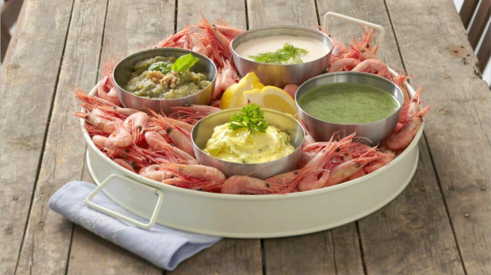 REKEMIDDAG: Server sommerens reker med hjemmelaget majones, aioli, urte- og prestodressing.  Foto: Norges sjømatråd