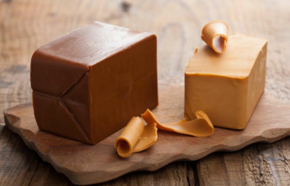 BRUNOST: Ifølge ernæringsfysiologen bør du begrense inntaket til helgen. Brunost inneholder kanskje mindre fett enn mange andre oster, men den inneholder også store mengder sukker, og den lettere varianten inneholder faktisk mer enn originalen.  Foto: Thinkstock