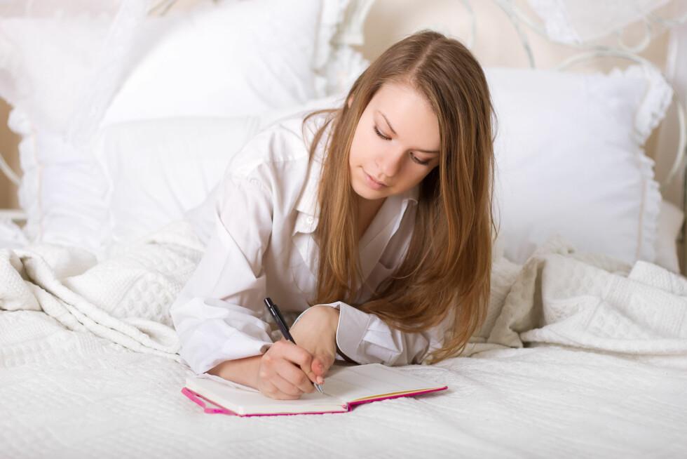 NOTER DEG DET POSITIVE: Det er viktig at du tar deg litt tid hver dag til å tenke over hva du synes er bra ved deg selv. Ha derfor en penn og en liten skriveblokk på nattbordet slik at du kan avslutte dagen med å skrive ned tre positive ting du har gjort i løpet av dagen. Foto: victosha - Fotolia