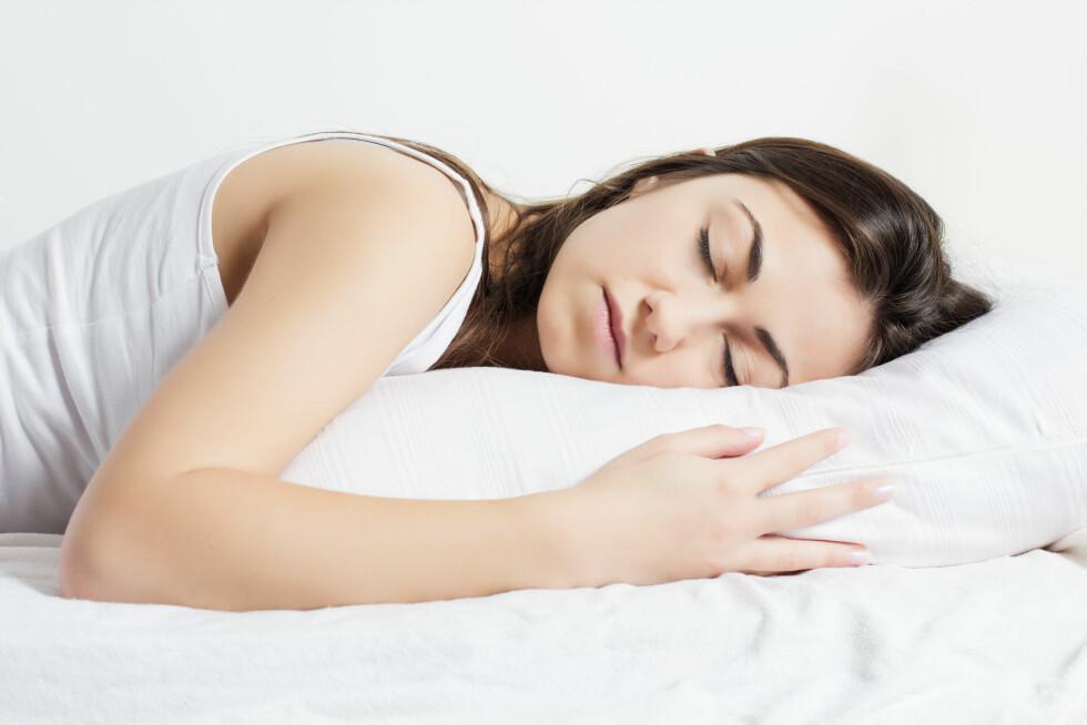 MER HJERNEAKTIVITET: Grunnen til at vi svetter mer om natten enn om dagen er at vi har mer hjerneaktivitet når vi sover.  Foto: Mitarart - Fotolia